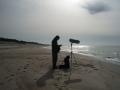 OLYMPUS DIGITAL CAMERA [Mężczyzna z aparatem fotograficznym na plaży]