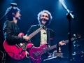 Felix Kubin i Mitch and Mitch, fot. Robert Pranagal  [Gitarzysta i basista zwracają się ku sobie na scenie. Śmieją się. Obie gitary są czerwone.]