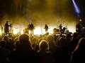 [Zadymiona Scena, w świetle żółtych reflektorów, widok z perspektywy publiczności.] Goldfrapp, fot. Robert Pranagal