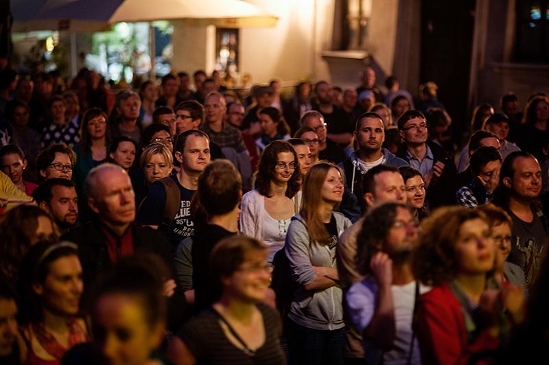 Zdjęcie publicznoci, która słucha koncertu zespołu Serebryanaya SvadbaSerebryanaya Svadba