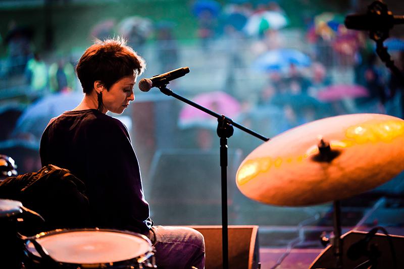 [Zdjęcie koncertu Shy Albatros, na którym widać kobietę na scenie, która śpiewa do mikrofonu.]