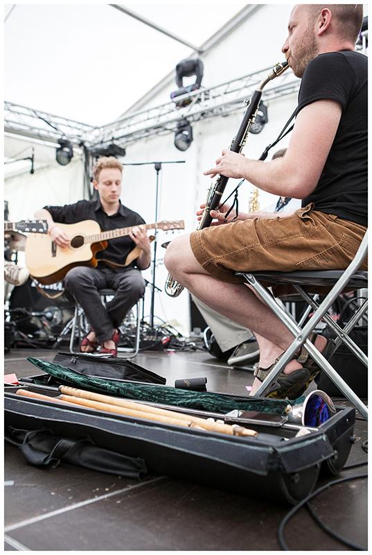 Zdjęcie z Kilogram Records – warsztatów master class, na którym dwaj młodzi mężczyzni grają na instrumentach.