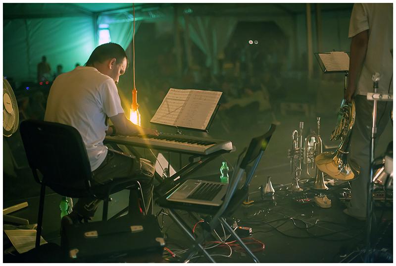 Zdjęcie z koncertu Pafnuty's dream przedsatwiające młodego mężczyznę na scenie, który gra na klawiszach.