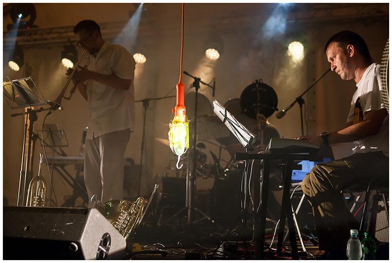 Zdjęcie z koncertu Pafnuty's dream przedstawiające dwóch mężczyzn na scenie, którzy grają na trąbce i klawiszach.