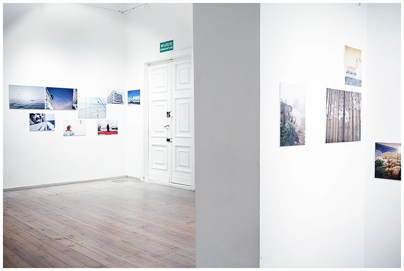Plansze wystawy Eastreet 2 umieszczone na białych ścianach.