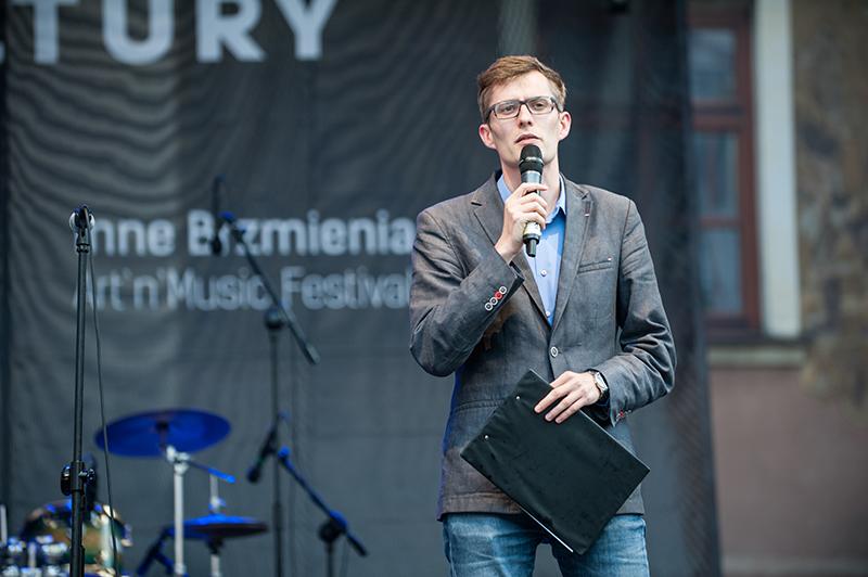 Zdjęcie z festiwalu Wschód Kultury Inne Brzmienia przedstawiające młodego mężczyznę-konferansjera.
