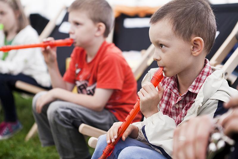 Zdjęcie z Małych Innych Brzmień przedstawiające dwóch chłopców, którzy grają na fletach.