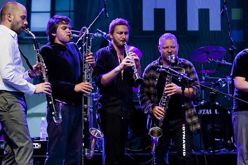 """Zdjęcie z wydarzenia """"Mikołaj Trzaska gra Różę"""", na którym czterej mężczyzni grają na instrumentach dętych."""