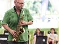 Zdjęcie z Kilogram Records – warsztatów master class, na którym mężczyzna gra na saksofonie.