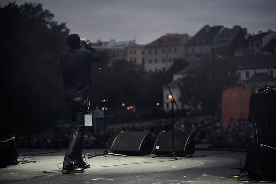 Projekt Rimbaud ( Trzaska/Budzyński/Jacaszek) Fotografia wykonana ze sceny. Widzimy plecy śpiewającego Tomasz Budzyńskiego oraz publiczność.