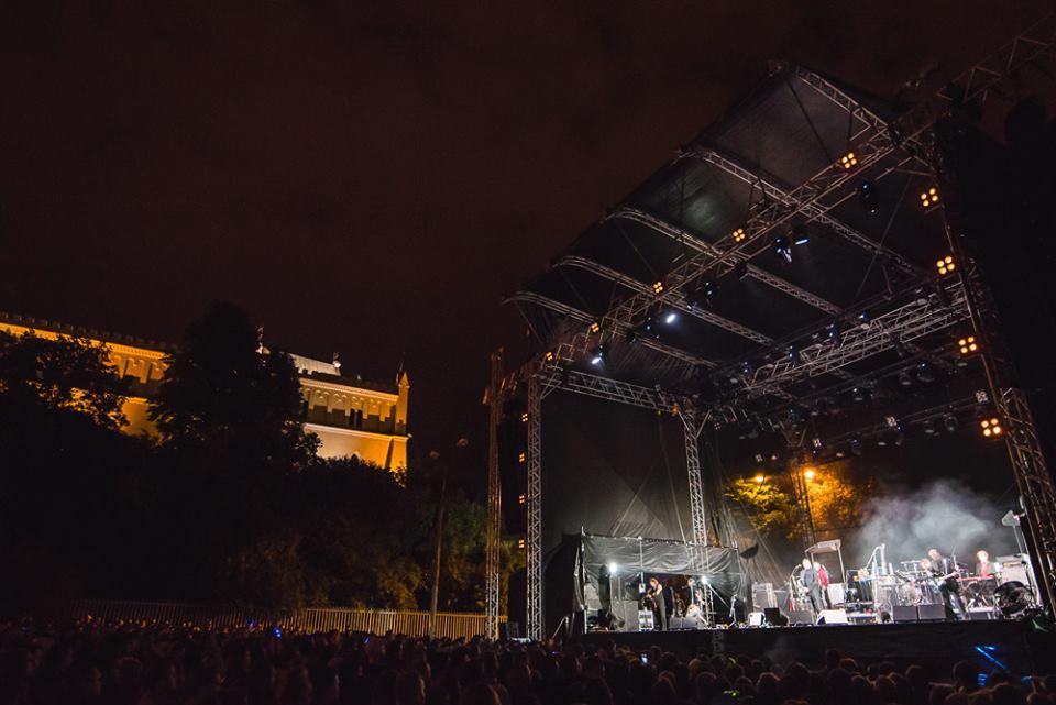 Zdjęcie ukazujące wielką, główną scenę na Błoniach, na której grany jest koncert.