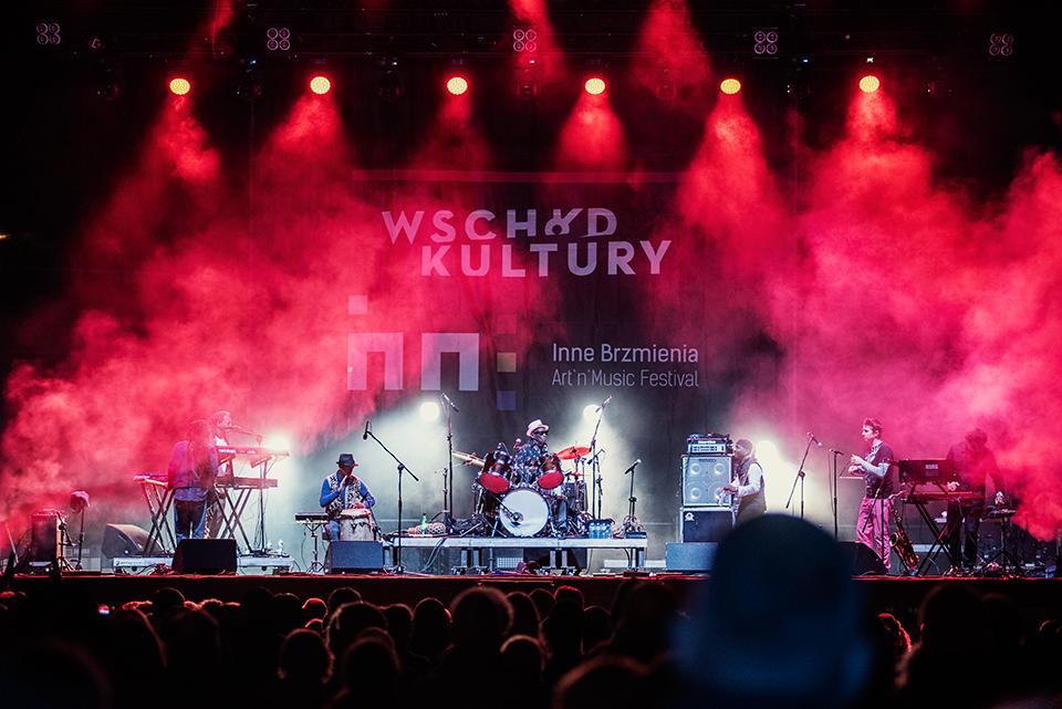 Koncert sławnego perkusisty ( Tony Allen) wraz z jego dziesięcioosobową orkiestrą. Na zdjęciu widzimy wszystkich muzyków, grających na różnych instrumentach. Czerwone światło padające na scenę doskonale komponuje się z barwnie ubranymi artystami.