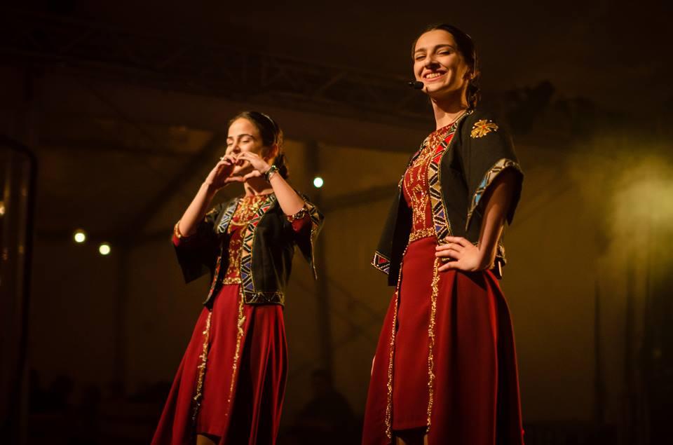 Koncert zespołu TrioMandili. Na zdjęciu widzimy dwie śpiewające wokalistki ubrane w tradycyjne stroje gruzińskie .