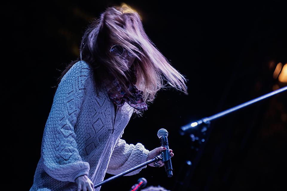 """Specjalna festiwalowa produkcja pn. """"Wojna to przeżytek"""". Piosenkarka, Ania Rusowicz na scenie. Zdjęcie w ruchu, wokalistka trzyma mikrofon w ręce."""
