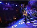 Występ zespołu Olo Walicki Kaszebe. Na scenie widzimy gitarzystę oraz perkusistę.