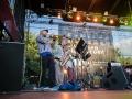 Koncert zespołu Warsaw Afrobeat Orchestra. Zdjęcie ukazuje muzyków grających na trąbce, saksofonie, puzonie oraz perkusji.