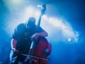[Zdjęcie przedstawia członka zespołu Kammerflimmer Kollektief. Mężczyzna ze skupieniem na twarzy gra na kontrabasie.]