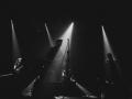 [Zdjęcie z koncertu Daniela Spaleniaka w kolorze czarno-białym. Dwóch mężczyzn gra na gitarach, jeden gra na skrzypcach.]