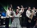 fot. Ignac Tokarczyk [Kobieta na środku sceny tańczy z mikrofonem w ręce. W tle sekcja dęta zespołu]