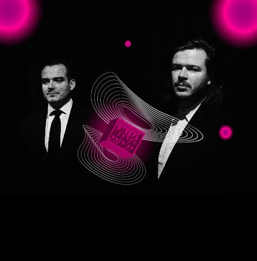 Grafika z identyfikacją Strefy Innych Brzmień. Ciemne tło, na nim elementy w kształcie elipsy, okrągłe, różowe kule i zdjęcie duetu Malediwy - dwóch mężczyzn w garniturach.